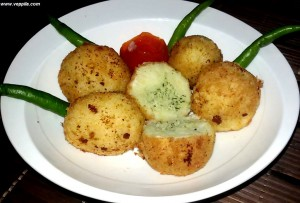 Potato balls stuffed with chutney